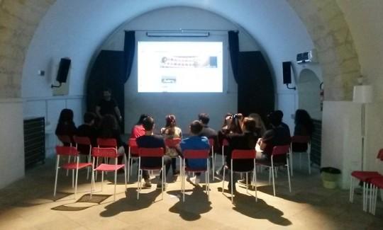 """""""Life on the Rocks – Una vita con ghiaccio""""  residenza video - teatrale dal 2 al 9 maggio. Lo scorso 2 maggio è iniziata la residenza teatrale presso l'Ammirato Culture House di Lecce, un progetto di rete tra il Dipartimento Dipendenze Patologiche di Maglie, Settore Dipendenze - Comunità Emmanuel, Ammirato Culture House e Nasca Teatri di Terra."""